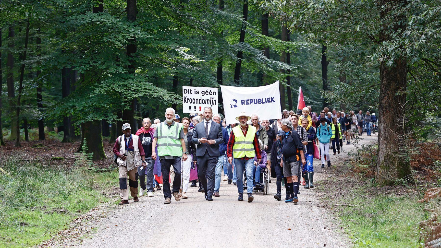 Demonstranten protesteren tegen afsluiting Kroondomein Het Loo