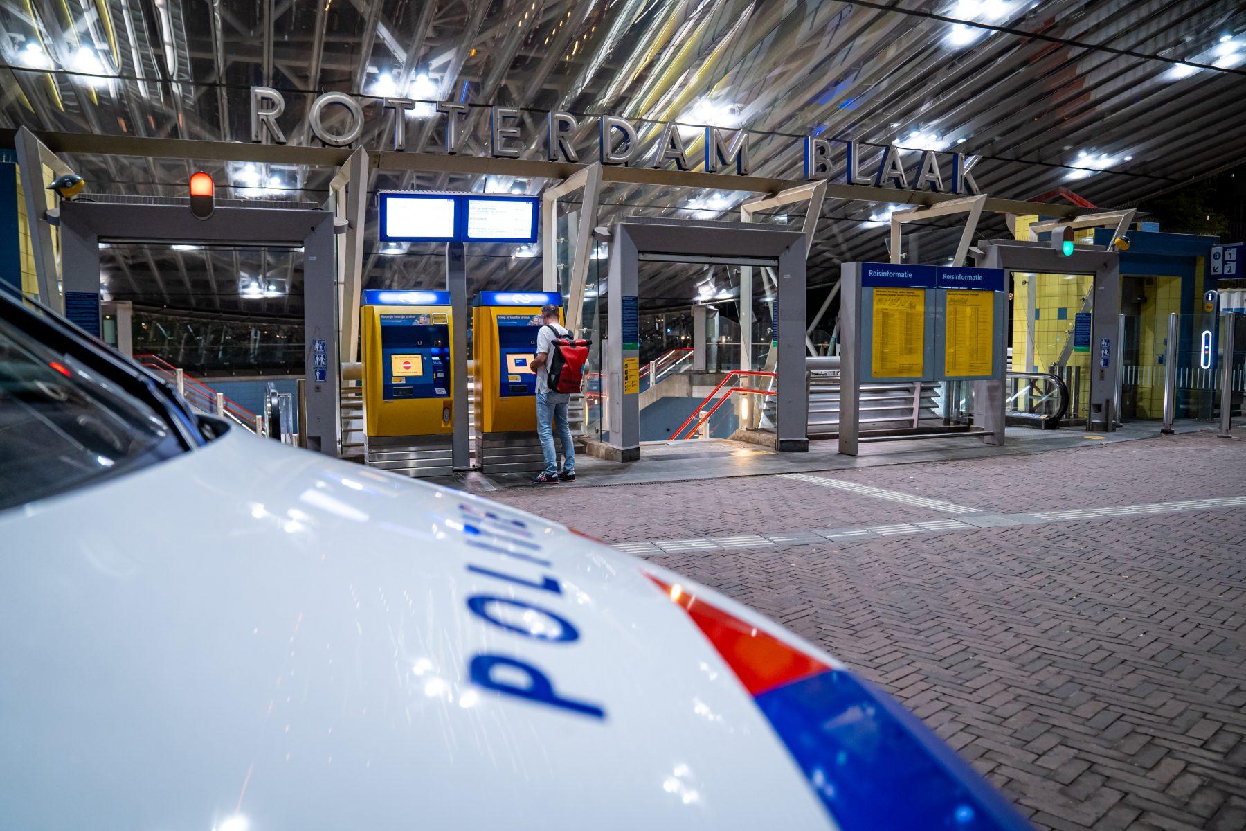 Een politieauto stopt voor station Rotterdam blaak, daar is een man in zijn gezicht geschoten