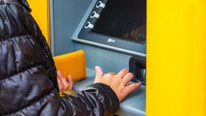 Geld pinnen bij automaat binnenkort ook met telefoon