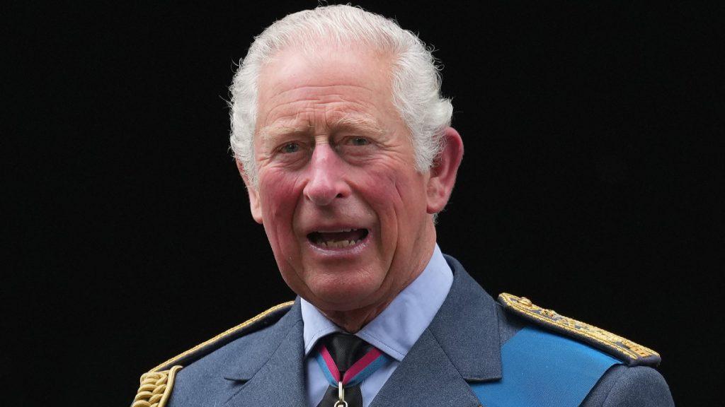 Waarom prins Charles door een schandaal onder vuur ligt