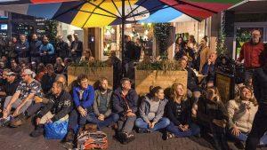 Thumbnail voor Actievoerders verzamelen zich voor deuren Utrechts restaurant om sluiting te voorkomen