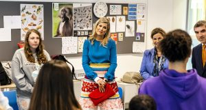 Thumbnail voor Koningin Máxima troost leerling na gesprek over mentale gezondheid