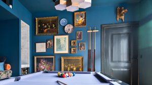 Thumbnail voor Een blauwe poolkamer met bloemetjesbank én wijnkast: dit (feest)huis staat te koop