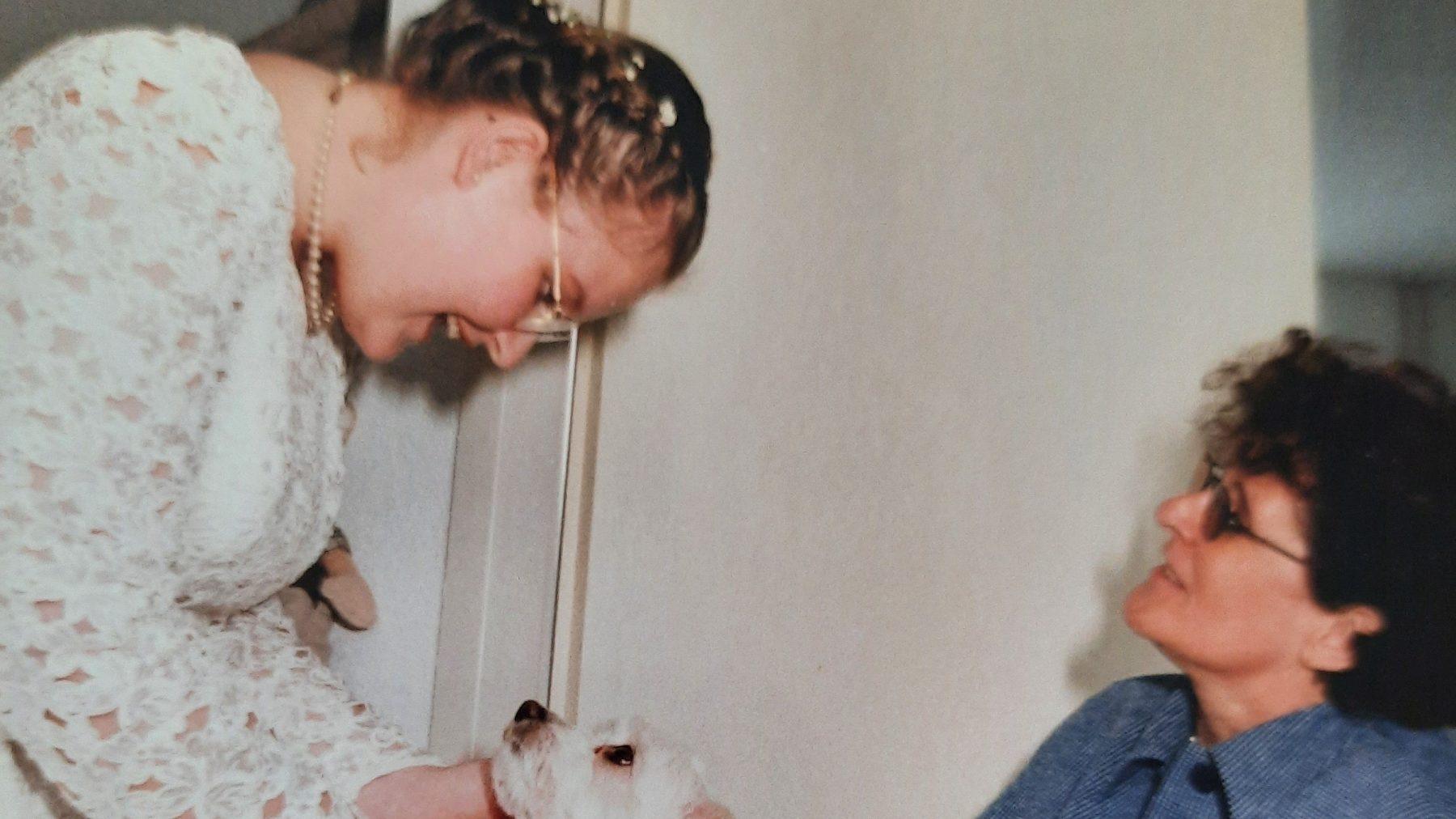 Debby herdenkt haar moeder Marijke: 'Ik hoor haar nog zo mijn naam lachend zeggen'