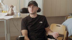 Thumbnail voor Yannick (25) heeft sinds vier weken een dwarslaesie: 'Ik was een stuiterbal in de auto'