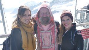 dochters-iceman-Wim-Hof-winter-halfnaakt-schoolplein