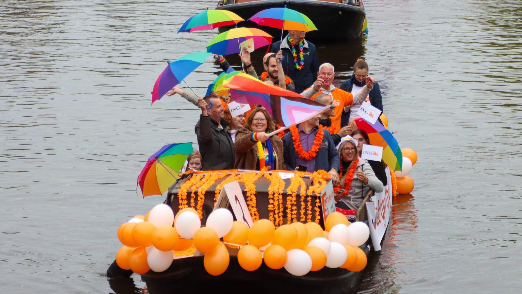 Feest in Friesland: Leeuwarden viert Roze Zaterdag met kleurrijke botenparade