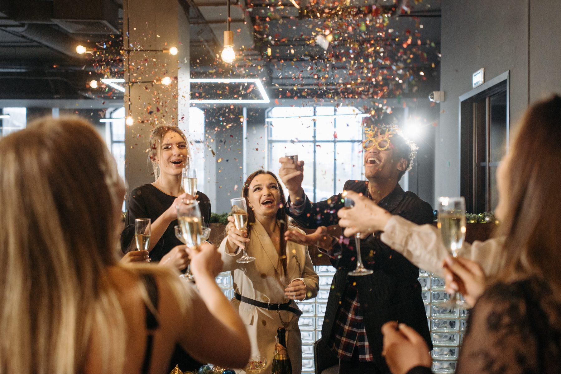 Nadja crashte onbewust de verkeerde kerstborrel: 'Stond ik wijn en bitterballen naar binnen te werken bij een heel ander bedrijf'