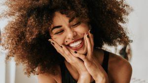 Waarom een stralende lach je zelfvertrouwen geeft (en zo krijg jij hem niet meer van je gezicht)
