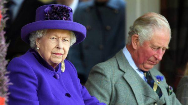 Koningin Elizabeth voortaan alleen nog met familielid naar verplichtingen'