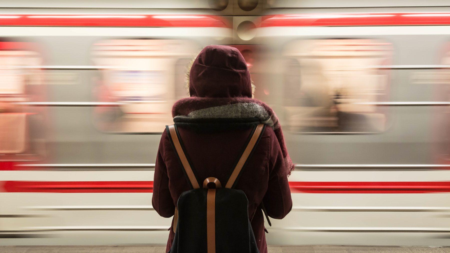 vrouw voor rotterdamse metro geduwd man aangehouden